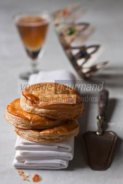 Gastronomie générale / Cuisine générale /   Pâtisserie: Galette des rois, gâteau célébrant l'épiphanie-Pâte feuilletée  fourré à la frangipane