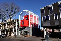 Nederland  Eindhoven. 2018.  Straat in Woensel West. Deze woonbuurt is onderdeel van de herstructurering van de wijk . In het midden van de foto staat Baeken Woensel-West van Bas Termeer. In dit gebouw is een hotel gevestigd : Yetty's Place.   Foto Berlinda van Dam / Hollandse Hoogte