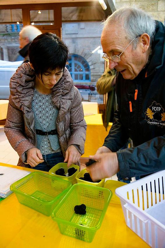 Les controleurs inspectent les truffes, les identifient (truffe melanosporum ou brumale en cette saison), evaluent leur qualite et les pesent