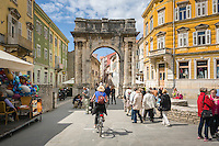 Croatia, Istria, Pula: old town lane with the Arch of the Sergii | Kroatien, Istrien, Pula: Altstadtgasse mit dem Sergierbogen