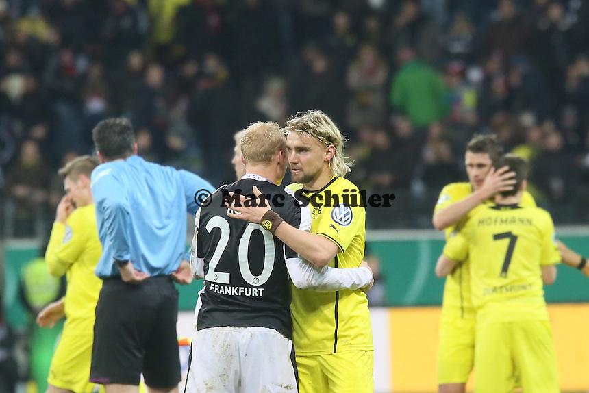 Marcel Schmelzer (BVB) troestet Sebastian Rode (Eintracht) - Eintracht Frankfurt vs. Borussia Dortmund, DFB-Pokal Viertelfinale