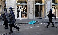 Roma, 14 Dicembre 2010.Via del Corso.Manifestazione contro la fiducia al governo Berlusconi, scontri con la polizia, incendi e barricate