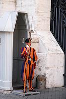 CIUDAD DEL VATICANO-19-09-2004. La Guardia Suiza es un cuerpo militar encargado de la seguridad de la Ciudad del Vaticano, Italia, septiembre 19 de 2004. The Swiss Guard is a military body responsible for security of the Vatican City, on September 19, 2004. (Photo: VizzorImage/Luis Ramirez)