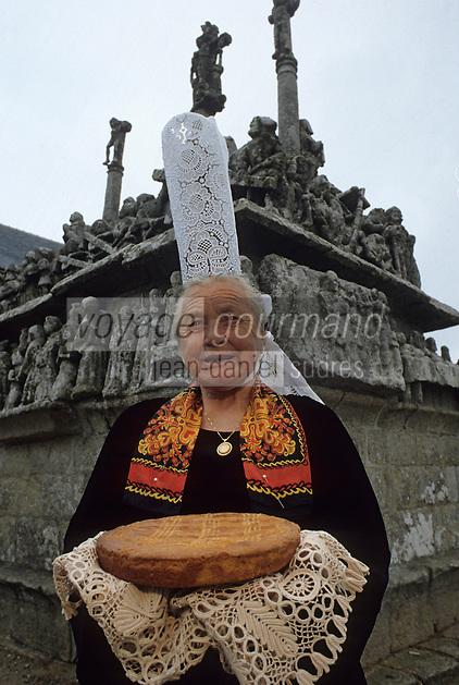Europe/France/Bretagne/29/Finistère/Notre-Dame-de-Tronoen : Maria, la bigoudenne, devant le calvaire et gateau breton [Non destiné à un usage publicitaire - Not intended for an advertising use]PHOTO D'ARCHIVES // ARCHIVAL IMAGES<br /> FRANCE 1990
