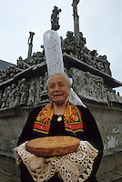 Europe/France/Bretagne/29/Finistère/Notre-Dame-de-Tronoen : Maria, la bigoudenne, devant le calvaire et gateau breton [Non destiné à un usage publicitaire - Not intended for an advertising use]PHOTO D'ARCHIVES // ARCHIVAL IMAGES<br /> FRANCE 1990
