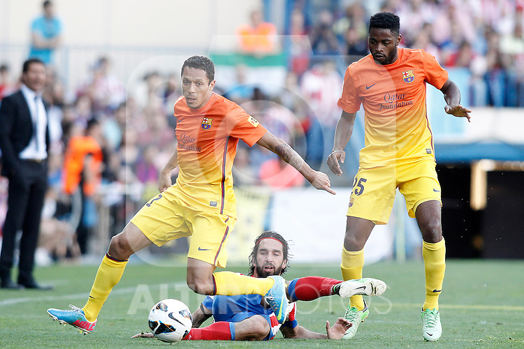 Atletico de Madrid's Arda Turan (c) and FC Barcelona's Alex Song (r) and Adriano Correia during La Liga match.May 12,2013. (ALTERPHOTOS/Acero)