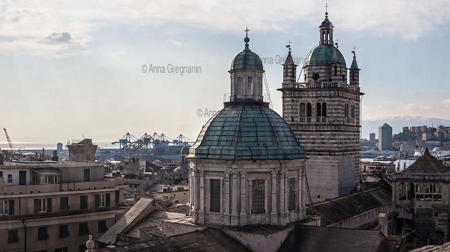 Genova dall'alto,vista sul campanile e la cupola della Cattedrale di san Lorenzo.            Genoa from above, a view of the bell tower and dome of the Cathedral of St. Lawrence.