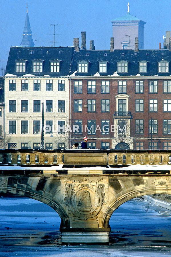 Rio congelado na cidade de Copenhague. Dinamarca. 1985. Foto de Juca Martins.