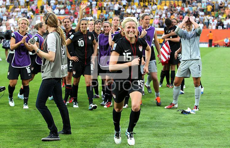 Dresden , 100711 , FIFA / Frauen Weltmeisterschaft 2011 / Womens Worldcup 2011 , Viertelfinale ,  .Brasilien (BRA) gegen USA  .Megan Rapinoe (USA) jubelt über den Einzug ins Halbfinale nach Elfmeterschiessen .Foto:Karina Hessland .
