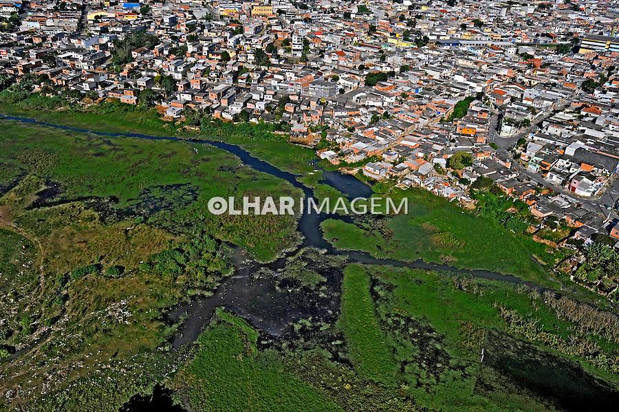Ocupação ilegal de área de mananciais, represa Billings. São Paulo. 2008. Foto de Juca Martins.