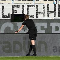 v.l. Schiedsrichter Sven Waschitzki gibt nach dem Zweikampf von Sascha Burchert (SpVgg Greuther Fuerth) gegen Seung-ho Paik (SV Darmstadt 98) den Elfmeter / Videobeweis / Video Assist<br /> - 29.05.2020: Fussball 2. Bundesliga, Saison 19/20, Spieltag 29, SV Darmstadt 98 - SpVgg Greuther Fuerth, emonline, emspor, <br /> <br /> Foto: Florian Ulrich/Jan Huebner/Pool VIA Marc Schüler/Sportpics.de<br /> Nur für journalistische Zwecke. Only for editorial use. (DFL/DFB REGULATIONS PROHIBIT ANY USE OF PHOTOGRAPHS as IMAGE SEQUENCES and/or QUASI-VIDEO)