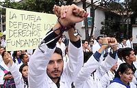 BOGOTA -COLOMBIA- 29 -10--2013. Profesionales, estudiantes, usuarios y empleados de la salud marcharon por las calles de Bogotá , octubre 29 de 2013. Miles de colombianos marcharon por las calles de las ciudades del país para protestar contra la reforma de la salud. Los médicos convocaron a la marcha en las principales ciudades del país, para protestar la reforma que plantea que clínicas y hospitales puedan formar y titular especialistas. (Fotos: VizzorImage / Felipe Caicedo / Staff ). Professionals, students, users and health workers marched through the streets of Bogota , October 29, 2013. Thousands of Colombians marched through the streets of the cities to protest against health reform. The doctors called for the march in major cities, to protest the reform states that clinics and hospitals to train and certify specialists. (Photos: VizzorImage / Felipe Caicedol / Staff