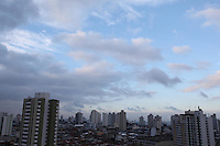 SÃO PAULO, SP, 18/07/2012, CLIMA TEMPO.  Após dois dias de chuvas, São Paulo amanheceu nessa Quarta-feira com tempo parcialmente nublado. Luiz Guarnieri/ Brazil Photo Press