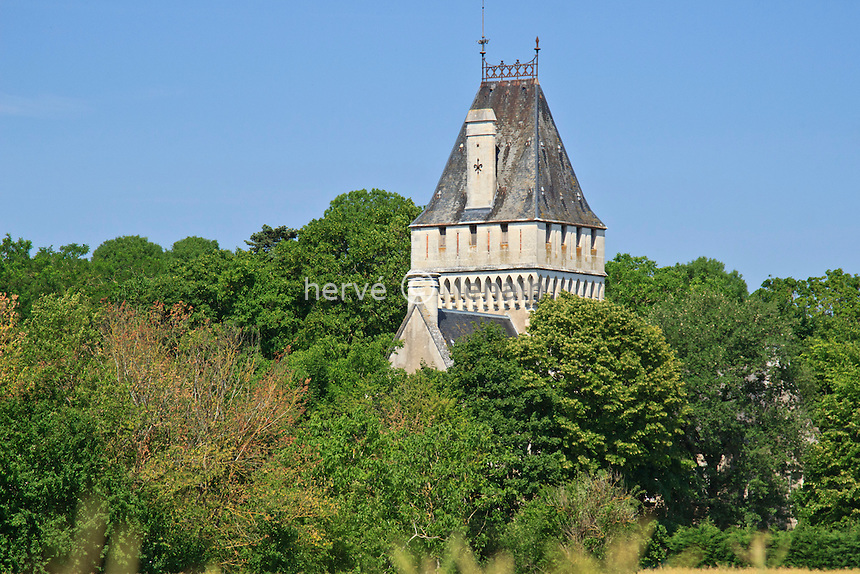 France, Cher (18), le Berry, Trouy, tour du château // France, Cher, Berry region, Trouy, the castle tower