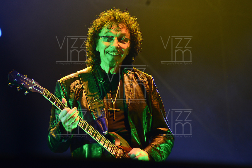 BOGOTA – COLOMBIA, 19-10-2013: Toni Iommi, durante presentación de la banda británica Black Sabbath en el parque Simon Bolivar, octubre 19 de 2013. Black Sabbath se presento por primera vez en Colombia en su gira por suramerica. (Foto: / VizzorImage / Alejandra Mar/ Cont.) <br /> Toni Iommi, during a concert of the british band Black Sabbath, in the Simon Bolivar Park, in Bogota, October 19, 2013. Black Sabbath was presented for the first time in Colombia on his tour in South America. (Photo: VizzorImage / Alejandra Mar / Cont.)