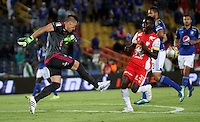 BOGOTA -COLOMBIA, 22-11-2015: Nicolas Vikonis jugador de Millonarios  disputa el balón con Jair Quinonez jugador del  Independiente Santa Fe  durante partido por la fecha 20 de la Liga Aguila II 2015 disputado en el estadio Nemesio Camacho El Campin de Bogotá de la ciudad de Bogotá./ Nicolas Vikonis player of Millonarios  fights for the ball with Jair Quinonez player of Independiente Santa Fe  during match for the date 20 of the Aguila League II 2015 played at Nemesio Camacho El Campin stadium in Bogota city. Photo: VizzorImage / Felipe Caicedo / Staff