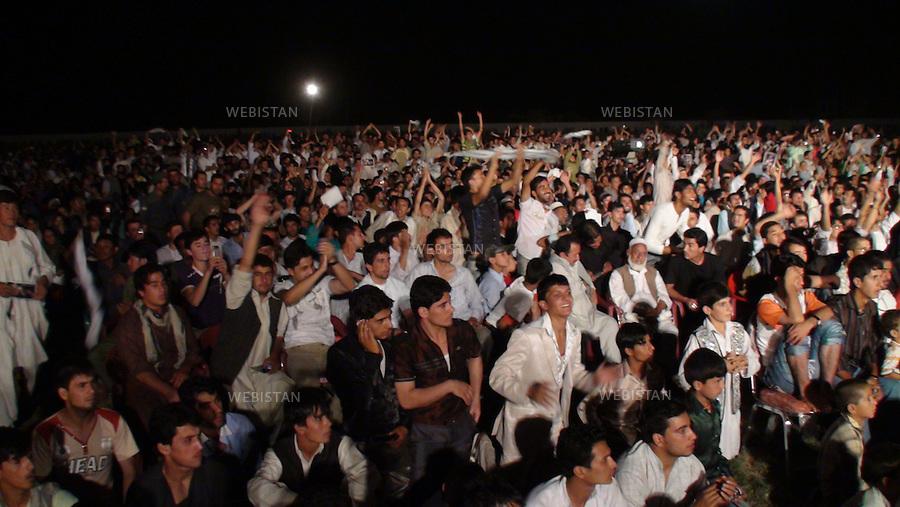 AFGHANISTAN - MAZAR-E CHARIF - 7 aout 2009 : Concert gratuit du chanteur afghano-americain, Farhad Darya, dans le stade de Mazar-e Charif. .Foule en liesse, venue assister au concert. ..AFGHANISTAN - MAZAR-E CHARIF - August 7th, 2009 : Afghan-American singer Farhad Darya's free concert at the Mazar-e Charif stadium. .The crowd cheers.