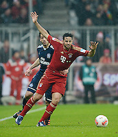 FUSSBALL   1. BUNDESLIGA  SAISON 2012/2013   27. Spieltag   FC Bayern Muenchen - Hamburger SV    30.03.2013 Nicht zu Halten; Claudio Pizarro (re, FC Bayern Muenchen) von Gojko Kacar (Hamburger SV)