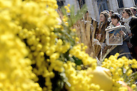 """Roma, 7 Marzo 2015<br /> Quirinale.<br /> Giornata internazionale dela donna, <br /> celebrazione dedicata al tema """"Donne per la Terra"""".<br /> Nalla foto giovani donne con mimosa fuori dal Quirinale"""