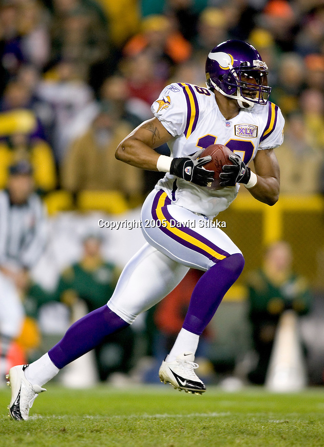Wide receiver Troy Williamson #19 of the Minnesota Vikings returns a kick against the Green Bay Packers at Lambeau Field on November 21, 2005 in Green Bay, Wisconsin. The Vikings defeated the Packers 20-17. (Photo by David Stluka)