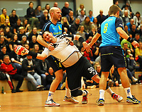 Kein Durchkommen für Sebastian Avemarie (Crumstadt/Goddelau) gegen Henrik Schummer (r.) und Moritz Kaufmann (l., Langen) - Crumstadt 02.12.2018: ESG Crumstadt/Goddelau vs. HSG Langen
