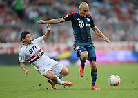 Fussball  International   Audi Cup 2013  Saison 2013/2014   31.07.2013 FC Bayern Muenchen - Sao Paulo FC  Arjen Robben (re, FC Bayern Muenchen) gegen Osvaldo (Sao Paulo FC )