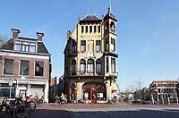Nederland - Leeuwarden -  april 2018.   De  Centraal Apotheek op de hoek van de Voorstreek en de Tuinen is in 1904-1905 gebouwd naar ontwerp van G.B. Broekema. Het jugendstil-pand (Art Nouveau-stijl) is nog steeds in gebruik als apotheek.   Foto Berlinda van Dam / Hollandse Hoogte