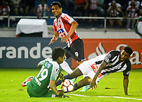 BARRANQUILLA - COLOMBIA, 26-04-2018: Teofilo Gutierrez (Cent.) jugador de Atlético Junior disputa el balón con Angelo Campos (Izq.) y Carlos Ascues (Der.) jugadores de Alianza Lima, durante partido entre Atlético Junior (Col) y Alianza Lima (PER), de la fase de grupos, grupo H, fecha 4, por la Copa Conmebol Libertadores 2018, jugado en el estadio Metropolitano Roberto Meléndez de la ciudad de Barranquilla. / Teofilo Gutierrez (C) player of Atletico Junior vies for the ball with Angelo Campos (L) and Carlos Ascues (R) players of Alianza Lima, during a match between Atletico Junior (Col) and Alianza Lima (PER), of the group stage, group H, 4th date for the Copa Conmebol Libertadores 2018, at the Metropolitano Roberto Melendez Stadium in Barranquilla city. Photo: VizzorImage  / Alfonso Cervantes / Cont.