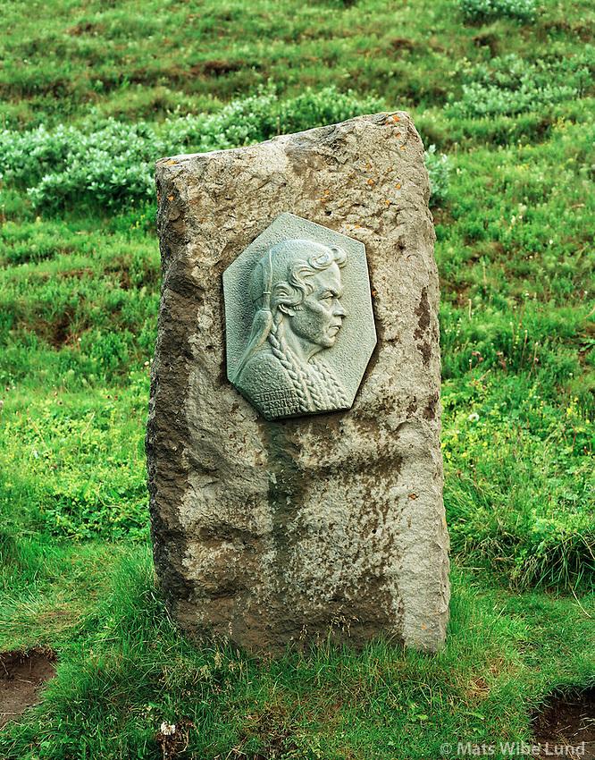 Sigríður frá Brattholti. Minnismerki við Gullfoss. Biskupstungnahreppur..Sigridur from Brattholti, statue at the Gullfoss site