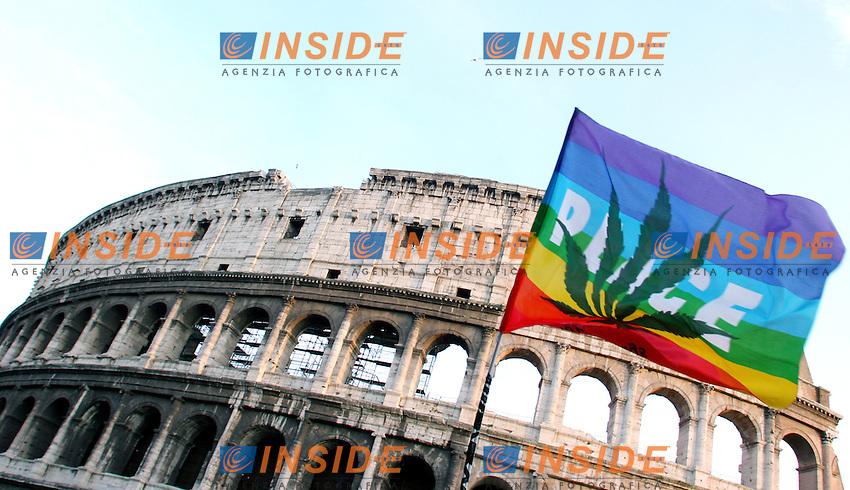 Roma 11 03 2006 Manifestazione Anti- Proibizionista contro la legge Fini sulle droghe<br /> Nella foto una bandiera della pace con una foglia di marjuana sventola davanti al Colosseo<br /> Photo Serena Cremaschi Insidefoto