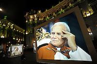 La mostra fotografica a Piazza della Repubblica, gemellata con Cracovia, prevede quattro cubi e un parallelepipedo, formati da  gigantografie che ritraggono Papa Wojtyla..The photo exhibition at the Republic Square has five  boxes with blow-ups that portray Pope John Paul II.
