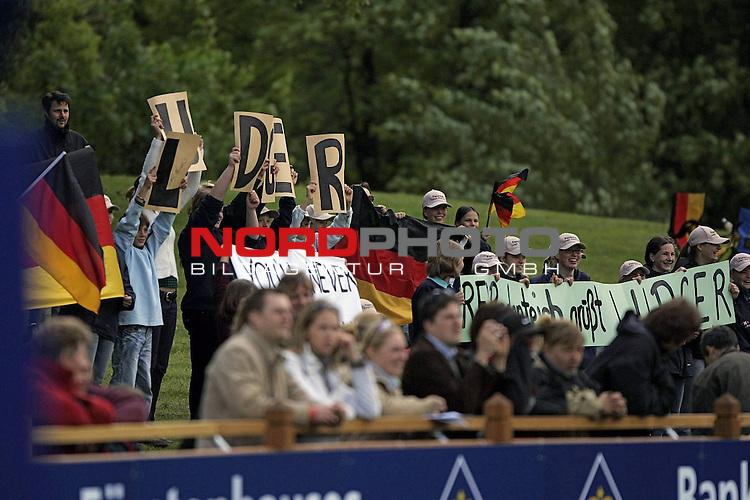 Reiten<br /> <br /> Deutsches Spring- und Dressur-Derby Hamburg 2007<br /> <br /> Janz Effizienz Check<br /> <br /> 1.Qualifikation zum Deutschen Spring-Derby<br /> <br /> Ludger Beerbaum auf Enorm GER wird kr&scaron;ftig von seinen Fans unterstuetzt.<br /> <br /> Foto &copy; nph (nordphoto) <br /> <br /> <br /> <br />  *** Local Caption ***