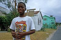 Les Bahamas /Ile d'Eleuthera/Harbour Island/Dunmore Town: enfant dans une rue du village