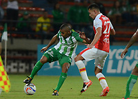 MEDELLÍN - COLOMBIA, 10-02-2018:Macnelly Torres (Izq.) jugador del Atlético Nacional  disputa el balón con Jonathan Herrera partido entre el Atlético Nacional   y el Independiente Santa Fe  por la fecha 2 de la Liga Águila II 2018 jugado en el estadio Atanasio Girardot de la ciudad de Medellín. /Macnelly Torres (L) player of Atletico Nacional  vies for the ball with Jonathan Herrera (R) player of Independiente Santa Fe during match between Atletico Nacional   and Independiente Santa Fe for the date 2 of the Aguila League I 2018 played at Atanasio Girardot stadium in Medellin city. Photo: VizzorImage/ León Monsalve / Contribuidor