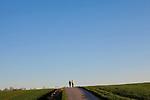 Europa, DEU, Deutschland, Nordrhein Westfalen, NRW, Ruhrgebiet, Muelheim, Ruhrtal, Spaziergaenger, Blauer Himmel, Wolkenlos, Kategorien und Themen, Natur, Umwelt, Landschaft, Jahreszeiten, Stimmungen, Landschaftsfotografie, Landschaften, Landschaftsphoto, Landschaftsphotographie, Wetter, Wetterelemente, Wetterlage, Wetterkunde, Witterung, Witterungsbedingungen, Wettererscheinungen, Meteorologie, Wettervorhersage....[Fuer die Nutzung gelten die jeweils gueltigen Allgemeinen Liefer-und Geschaeftsbedingungen. Nutzung nur gegen Verwendungsmeldung und Nachweis. Download der AGB unter http://www.image-box.com oder werden auf Anfrage zugesendet. Freigabe ist vorher erforderlich. Jede Nutzung des Fotos ist honorarpflichtig gemaess derzeit gueltiger MFM Liste - Kontakt, Uwe Schmid-Fotografie, Duisburg, Tel. (+49).2065.677997, ..archiv@image-box.com, www.image-box.com]