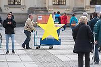 """#EuropaDemo von """"Pulse of Europe"""" am Sonntag den 5. Mai 2019 auf dem Berliner Gendarmenmarkt.<br /> Als Redenerin war u.a. Annegret Kramp-Karrenbauer, Bundesvorsitzende der CDU eingeladen.<br /> Im Bild: Ein Mitglied der Berliner CDU mit einem Europa-Stern.<br /> 5.5.2019, Berlin<br /> Copyright: Christian-Ditsch.de<br /> [Inhaltsveraendernde Manipulation des Fotos nur nach ausdruecklicher Genehmigung des Fotografen. Vereinbarungen ueber Abtretung von Persoenlichkeitsrechten/Model Release der abgebildeten Person/Personen liegen nicht vor. NO MODEL RELEASE! Nur fuer Redaktionelle Zwecke. Don't publish without copyright Christian-Ditsch.de, Veroeffentlichung nur mit Fotografennennung, sowie gegen Honorar, MwSt. und Beleg. Konto: I N G - D i B a, IBAN DE58500105175400192269, BIC INGDDEFFXXX, Kontakt: post@christian-ditsch.de<br /> Bei der Bearbeitung der Dateiinformationen darf die Urheberkennzeichnung in den EXIF- und  IPTC-Daten nicht entfernt werden, diese sind in digitalen Medien nach §95c UrhG rechtlich geschuetzt. Der Urhebervermerk wird gemaess §13 UrhG verlangt.]"""