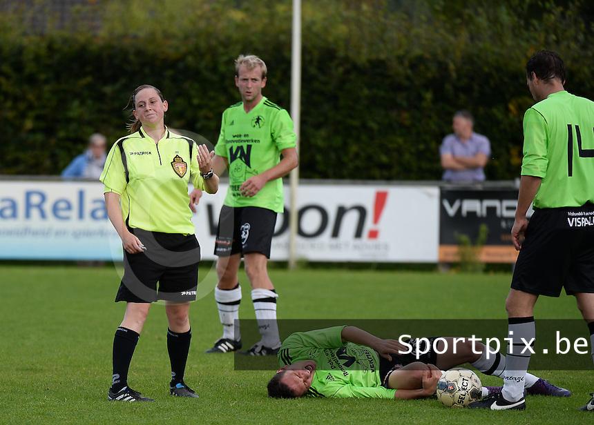 FC Varsenare - KSV Bredene : scheidsrechter (links) Kim Depickere fluit de wedstrijd in fluo gele tenue , terwijl Bredene in fluo groen shirt speelt. zorgt voor verwarring op het veld. na aandringen wil de scheids toch geen ander shirt aantrekken.<br /> foto VDB / BART VANDENBROUCKE