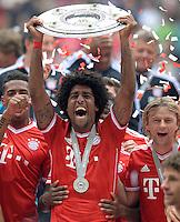 Fussball 1. Bundesliga   Saison  2012/2013   34. Spieltag   FC Bayern Muenchen  - FC Augsburg     11.05.2013 JUBEL; Deutscher Meister 2012/2013 FC Bayern Muenchen Dante mit Schale