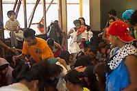 SAO PAULO, SP, 09.11.2013. ANIMAIS ABANDONADOS NA ALDEIA GUARANI TEKOA PYAU.  Indios recebem doações  na aldeia guarani Tekoa Pyau . Os índios e os animais abandonados  vivem em situação de  de extrema pobreza e sobrevivem graças a doações e ajudas. Cerca de 160 famílias, aproximadamente 800 índios vivem na Aldeia que fica localizada na entrada do Pico do Jaraguá, zona oeste da capital paulista. . (Foto:Adriana Spaca/Brazil Photo Press)