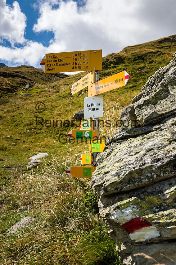 Switzerland, Canton Valais, Val d'Hérémence: hiking trail signpost at reservoir Lac des Dix (2.364 m) | Schweiz, Kanton Wallis, Val d'Hérémence: Wanderwegweiser am Stausee Lac des Dix (2.364 m)