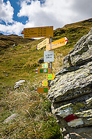 Switzerland, Canton Valais, Val d'Hérémence: hiking trail signpost at reservoir Lac des Dix (2.364 m) | Schweiz, Kanton Wallis, Val d'Hérémence: Wanderwegweiser am Stausee Lac des Dix (2.364 m)