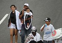 ATENCAO EDITOR IMAGEM EMBARGADA PARA VEICULOS INTERNACIONAIS -  SAO PAULO, SP, 18 DEZEMBRO 2012 - CORINTHIANS CAMPEÃO MUNDIAL - Torcedores do Corinthians comemoram juntos ao jogadores na tarde desta terça-feira(18) na Praça de Bagatelle o titulo de Campeão Mundial conquistado no ultimo domingo (16) no Japão.(FOTO: AMAURI NEHN / BRAZIL PHOTO PRESS).