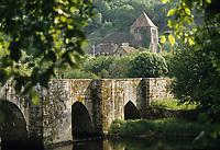 Europe/France/Limousin/23/Creuse/Moutier-d'Ahun: village et l'abbaye du Moutier d'Ahun et le pont romain sur la Creuse