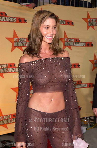Actress SHANNON ELIZABETH at the MTV Movie Awards in Los Angeles..02JUN2001.