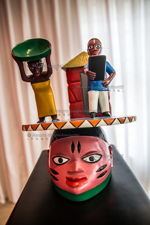 Kifouli Dossou serie Enagnon  rivisatione delle maschere africane