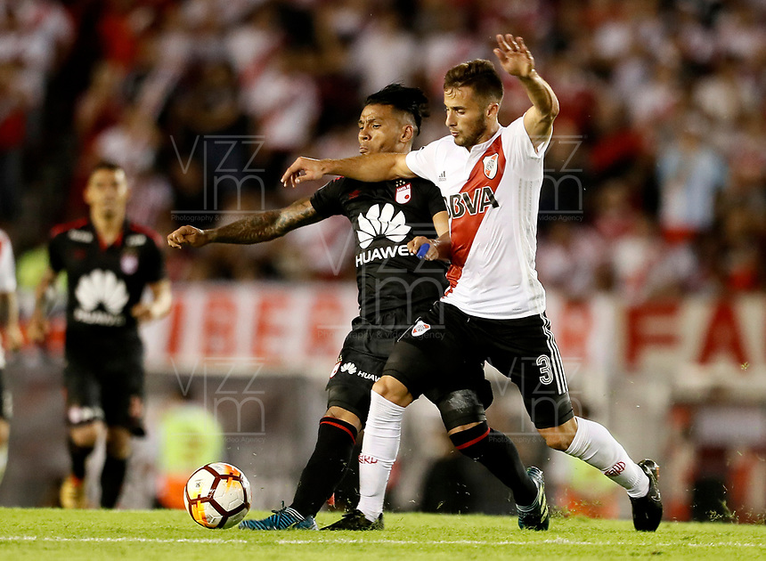"BUENOS AIRES - ARGENTINA - 05 - 04 - 2018: Marcelo Saracchi (Der.) jugador de River Plate disputa el balón con Wilson Morelo (Izq.) jugador de Independiente Santa Fe, durante partido de la fase de grupos, grupo D, fecha 2, entre River Plate (ARG) y el Independiente Santa Fe, por la Copa Conmebol Libertadores 2018, en el estadio Antonio Vespucio Liberti ""Monumental de River"", de la ciudad Ciudad Autónoma de Buenos Aires. / Marcelo Saracchi (R) player of River Plate vies for the ball with Wilson Morelo (L) player of Independiente Santa Fe, during a match of the groups phase, group D, 2nd date, beween River Plate (ARG) and Independiente Santa Fe, for the Conmebol Libertadores Cup 2018, at the Antonio Vespucio Liberti ""Monumental de River"", in Ciudad Autónoma de Buenos Aires. VizzorImage / Javier Garcia Martino / Photogamma / Cont."