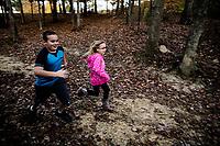 Ohio, Usa. Oktober 2016. Liam (9) og Connely (7) løpper om kapp. Fotografier til dokument om valget i Usa og Appalachene. Foto: Christopher Olssøn