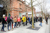 Nederland  Amsterdam 2016 03 12. Mensen staan in de rij voor het van Goghmuseum .  Foto Berlinda van Dam / Hollandse Hoogte