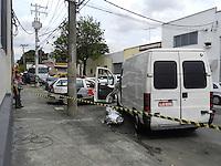 ATENÇÃO EDITOR: FOTO EMBARGADA PARA VEÍCULOS INTERNACIONAIS. - SÃO PAULO - SP -   11 DE DEZEMBRO 2012. TRANSITO BRIGA MORTE - Homem e assassinado ao se envolver em uma briga de transito na Rua Belizario de Souza, 77 no bairro Catumbi - zona leste de Sao Paulo, nesta terca-feira, 11. A Policia Militar aguarda a pericia no local e nao passou mais informacoes..FOTO: MAURICIO CAMARGO / BRAZIL PHOTO PRESS..