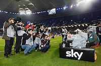 USSBALL   1. BUNDESLIGA    SAISON 2012/2013    10. Spieltag   Hamburger SV - FC Bayern Muenchen                    03.11.2012 Fotografen und TV Kamera von Sky